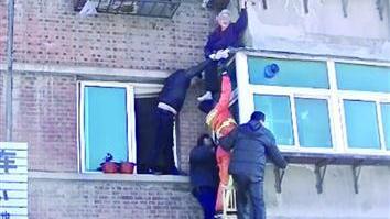 88岁老太被困二楼雨搭 四名陌生人将她托起直至获救