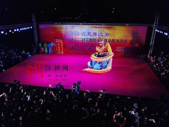 二月二的宁波横溪 长龙在夜空下舞动