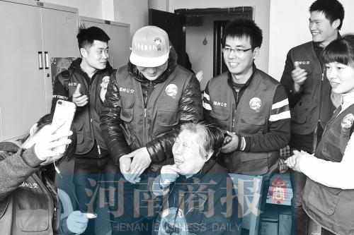 郑州公交组建徐亚平志愿服务队 深入街头服务市民