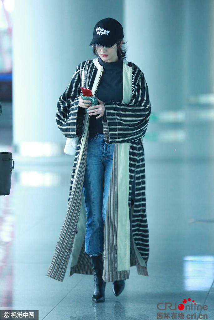 杨幂长款风衣现身机场 真是美得走路都带风