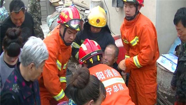 朝阳:七旬老人不慎坠井 消防村民合力救出