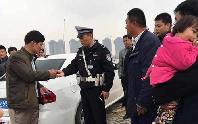 郑州民警为救轻生者没见奶奶最后一面引热议 忠孝难两全你咋看