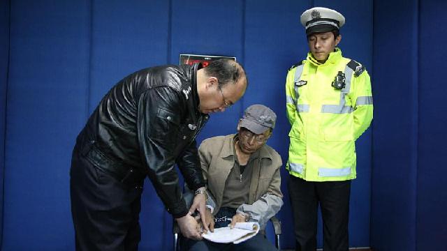 抚顺交警在巡逻时抓获一网上逃犯