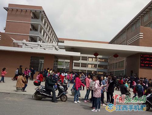进贤一小学中午将学生拒之门外 称为学生午休