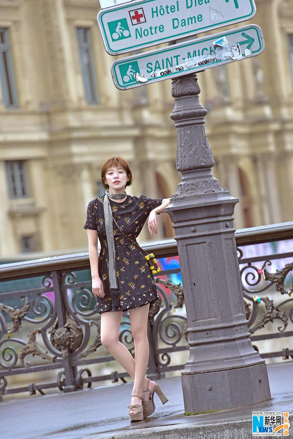 阚清子游走巴黎街头趣味十足