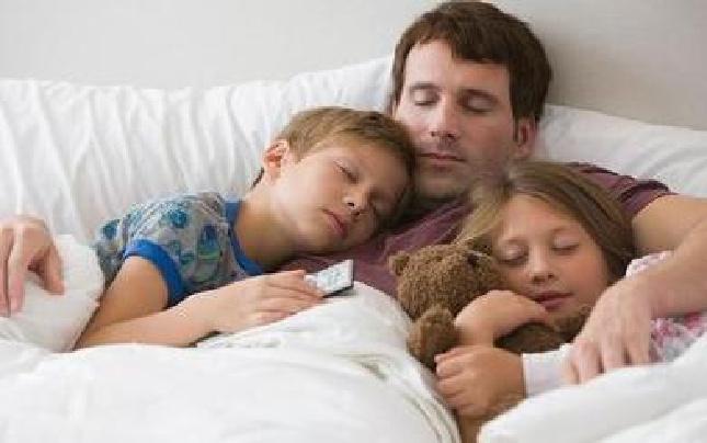 哄孩子入睡很头痛?法媒教你见招拆招