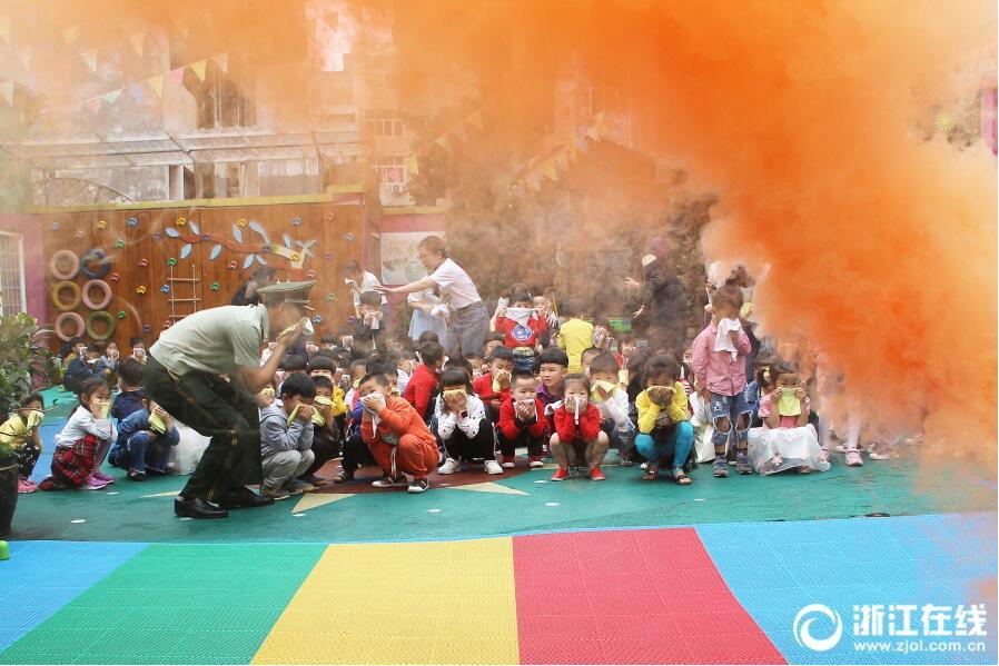 消防演练进幼儿园 萌娃体验火灾逃生