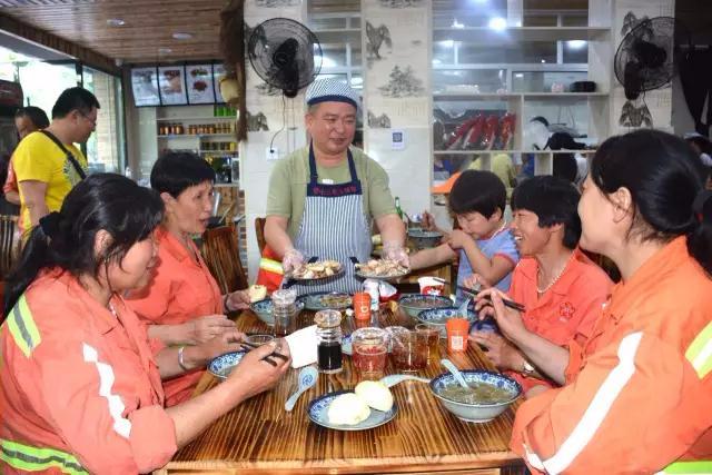 这位青田老板请30余名环卫工人吃饭