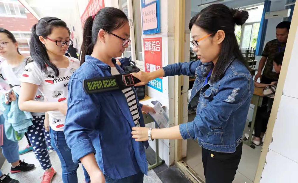"""新华VR探秘高考考生""""入场身份验证"""""""