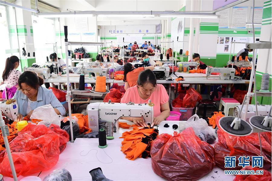 """陕西平利:""""社区工厂""""助力搬迁群众脱贫增收"""