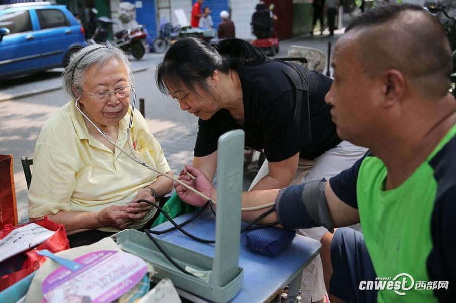19岁她是战地护士 86岁依然在街头为百姓量血压