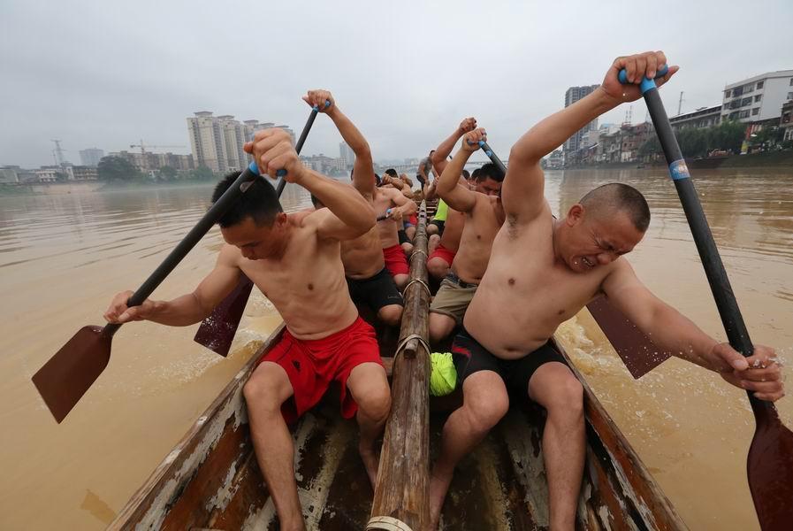 融江河上练龙舟