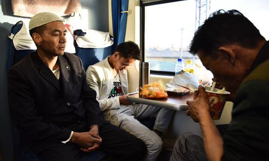 与信仰同行:青藏线列车里的穆斯林斋戒