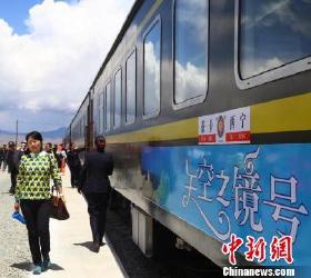 """青海首开西宁至茶卡""""天空之镜""""旅游列车"""