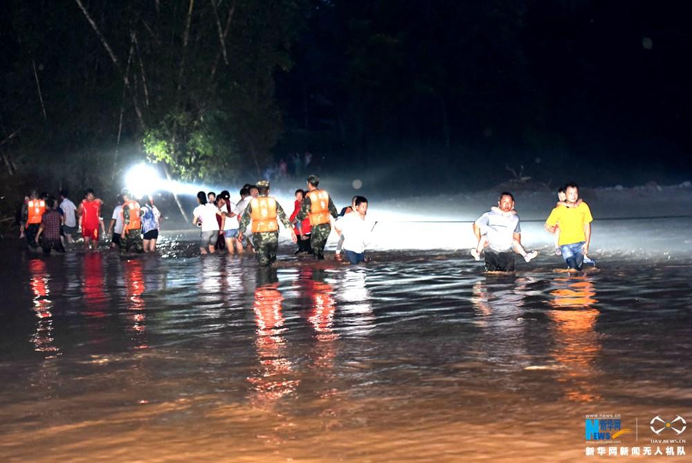 龙8国际网航拍广西环江暴雨灾害救援现场