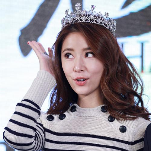 s型的偏分刘海头戴皇冠,卷发小公主,卷翘浓密的睫毛,看起来萌萌哒