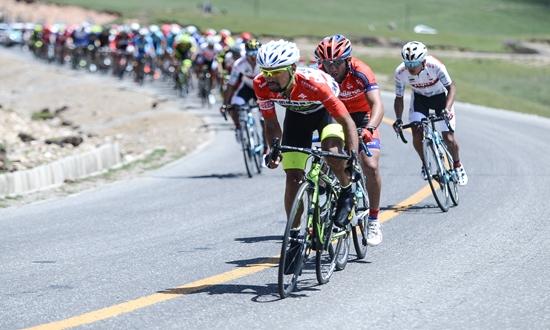 自行车——环青海湖国际公路自行车赛进入第六赛段