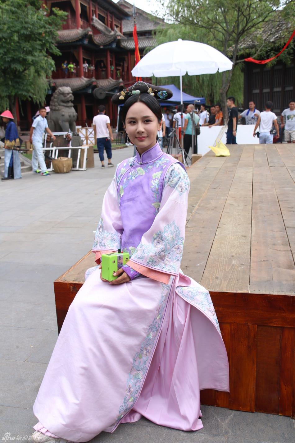 1号,由杨紫、舒畅、秦俊杰主演的清装剧《龙珠传奇》在横店首度