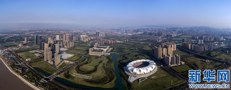 杭州錢塘江邊的奧體中心主體育場和杭州國際博覽中心(8月25日攝)。 二十國集團領導人第十一次峰會將于9月4日至5日在浙江杭州舉行。這組航拍照片,將帶領大家從空中的視角,一起欣賞G20杭州峰會主場館及周邊景色。 新華社記者邢廣利攝