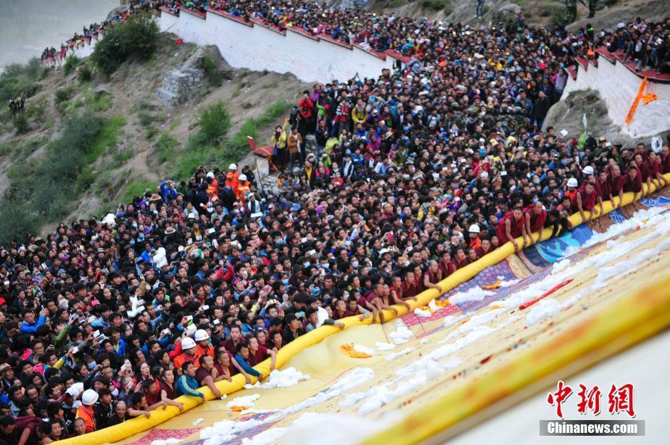 拉萨雪顿节开幕 信众哲蚌寺争睹佛颜