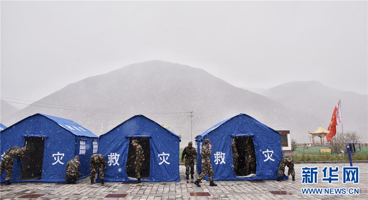 杂多地震地区冒雪搭帐篷