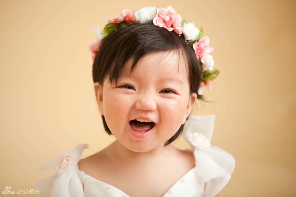 新浪娱乐讯 《爸爸》公布了阿拉蕾婴儿时照片,真是从小萌到大!阿拉蕾一头短发像男娃,穿上鱼尾巴就是肉肉的mini美人鱼,一身朝鲜族服装也是萌到没朋友。摆起POSE不重样,脸部表情超丰富,一双大眼睛随时都闪烁着聪慧的光芒。