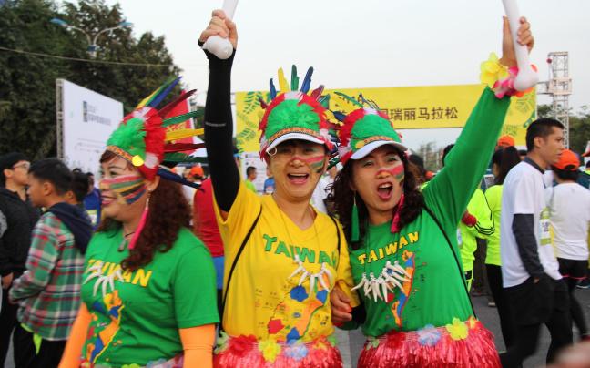 2016首届中国瑞丽马拉松鸣枪开跑
