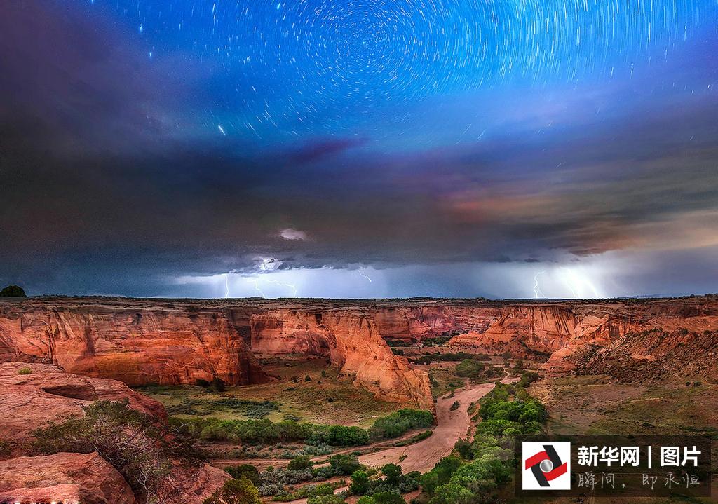 银河与风暴同框一幕 震撼美景令人沉醉