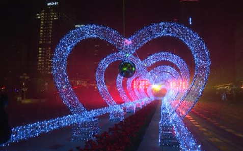 天津泰达灯光秀点亮小年夜 中外居民共度佳节