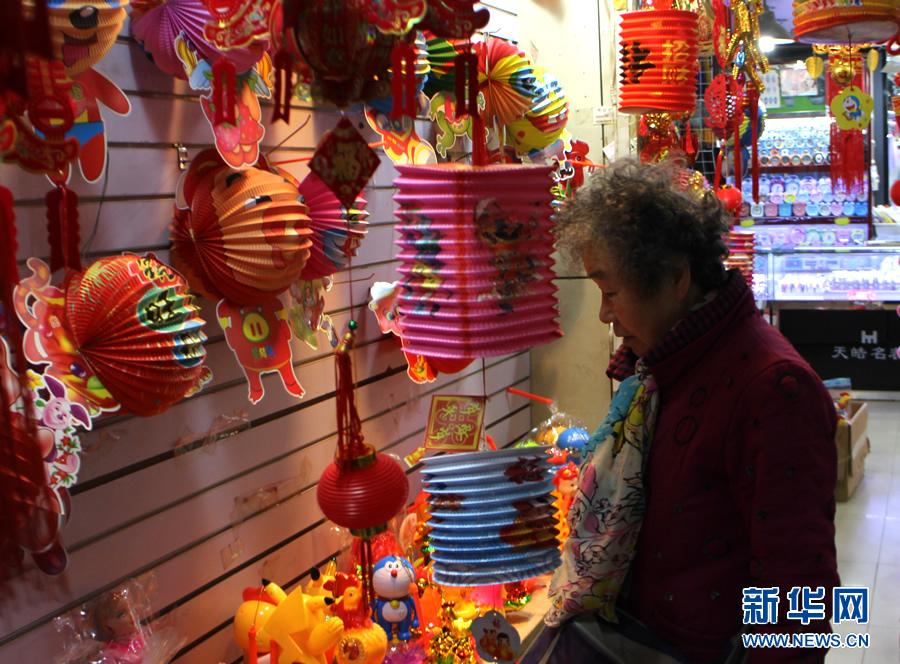 【网络媒体走转改】正月十五闹元宵 郑州各式灯笼俏销