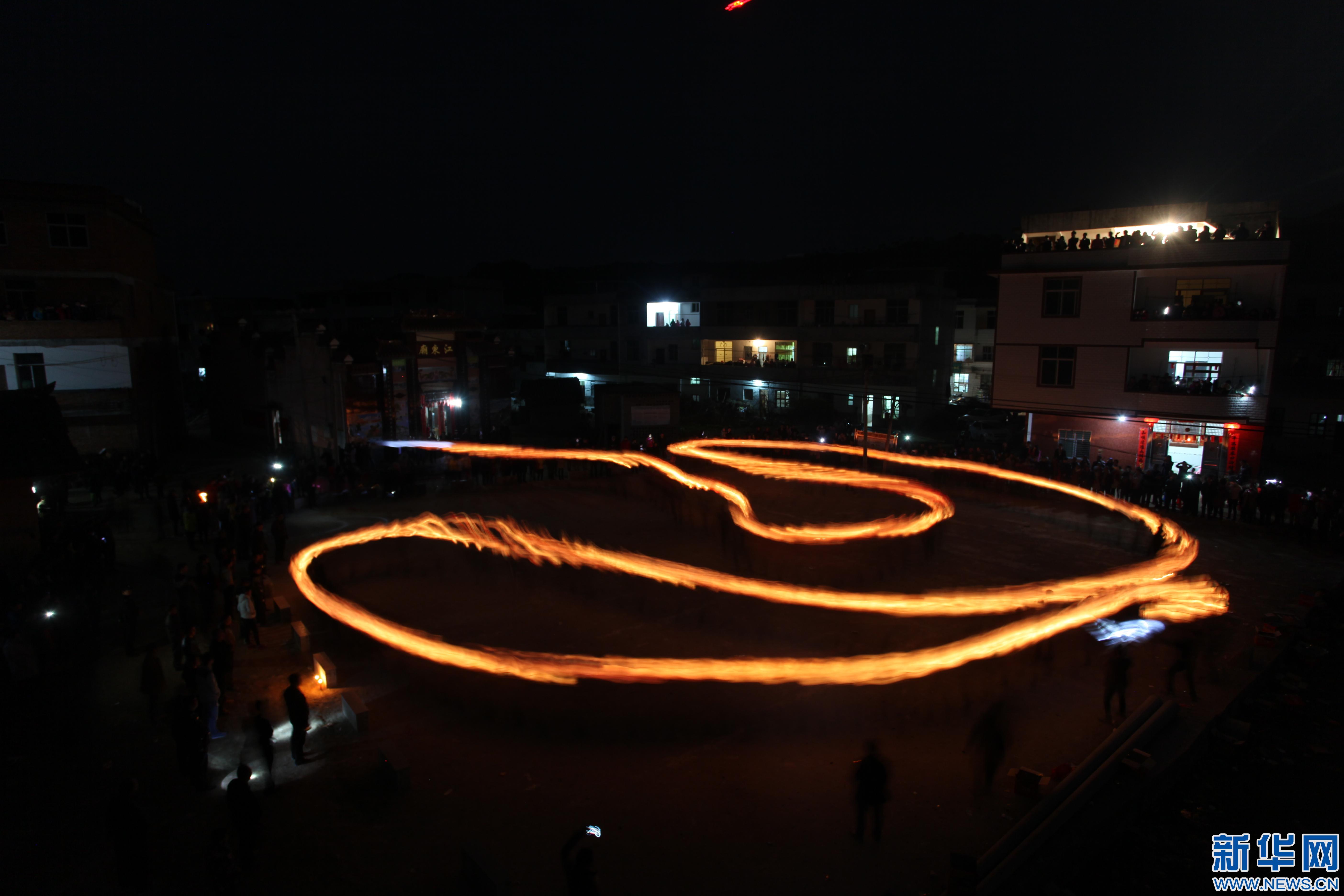 【网络媒体走转改】江西石城:蛇灯挥舞 村民尽欢