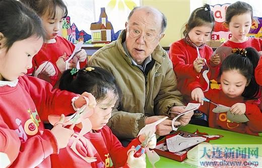 民间文化达人为辖区少年儿童巡回传授相关技艺