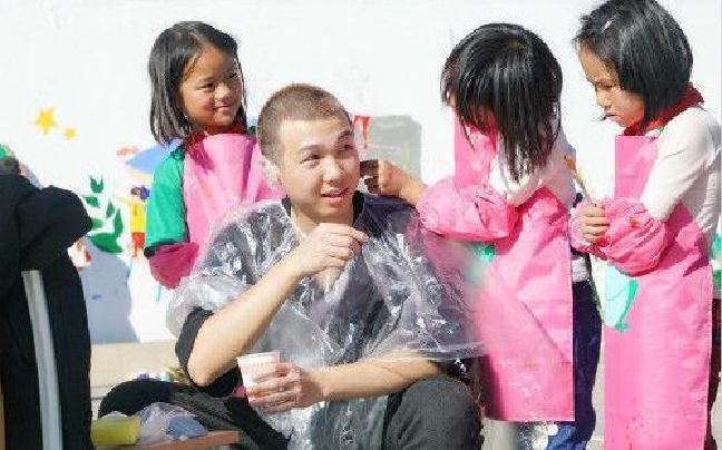 白举纲为满足孩子心愿 剃白发染黑发