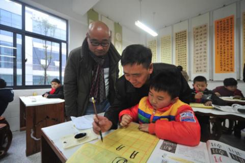 """鼓励青少年学书法 宣州石砚公司捐赠""""文房四宝"""""""