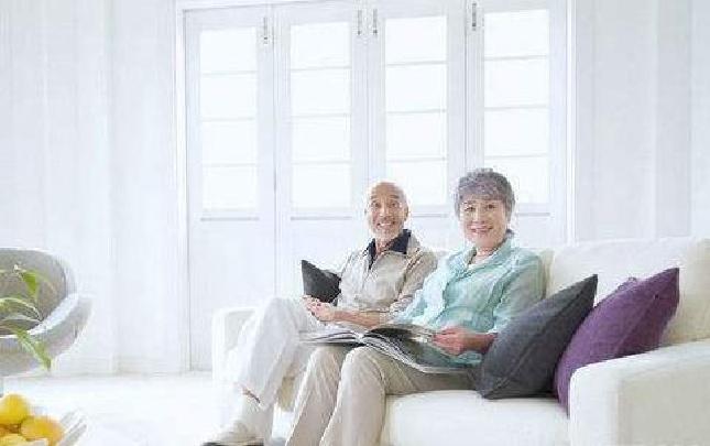 老人选沙发不能太软太低
