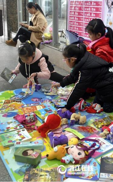 定海:学生上街学雷锋 义卖玩具献爱心
