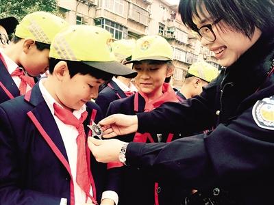 好消息!郑州中原区:小黄帽免费发给2万名小学生