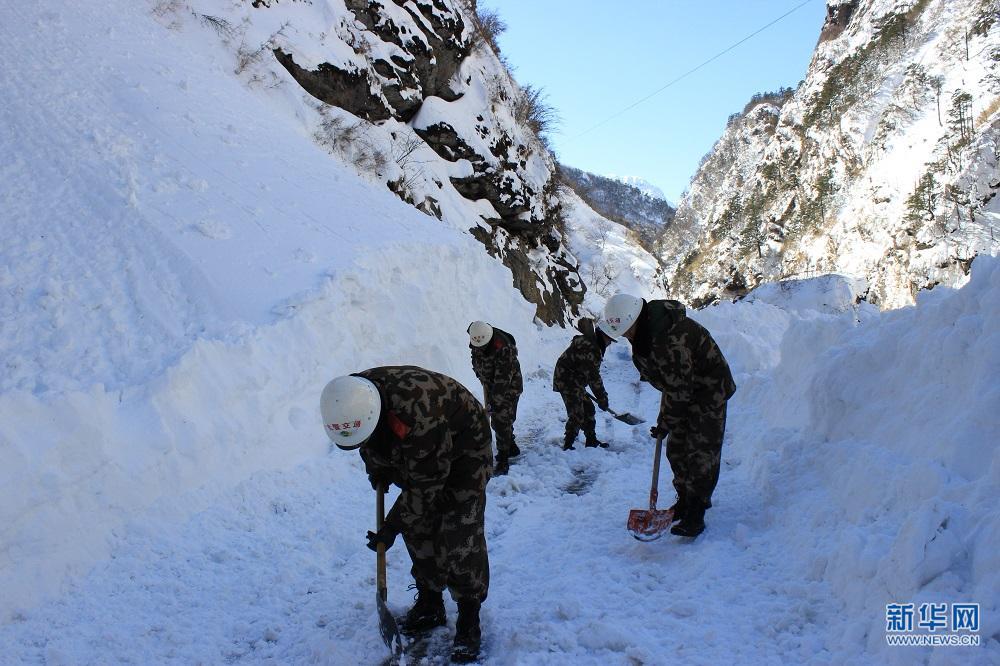 西藏武警交通部队抢通受降雪阻断的中尼公路