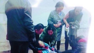 沈阳:高中女生四楼坠落受伤 邻居纷纷前来救助