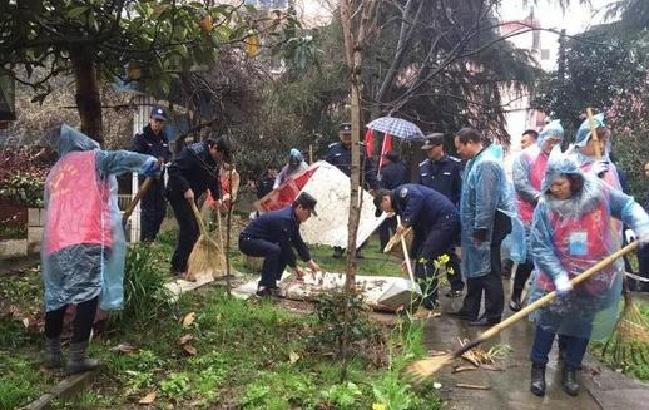 马鞍山西苑社区志愿者冒雨清理卫生死角
