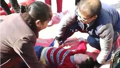 陕西:充气蹦床被吹翻 八岁男童后脑重创