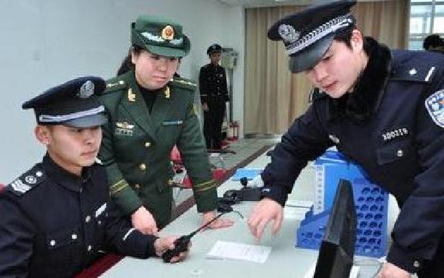 公安南开分局联合武警交警统一行动维护辖区社会治安稳定