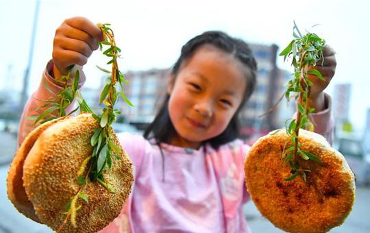 """安徽亳州:清明节""""柳条串烧饼""""热卖"""