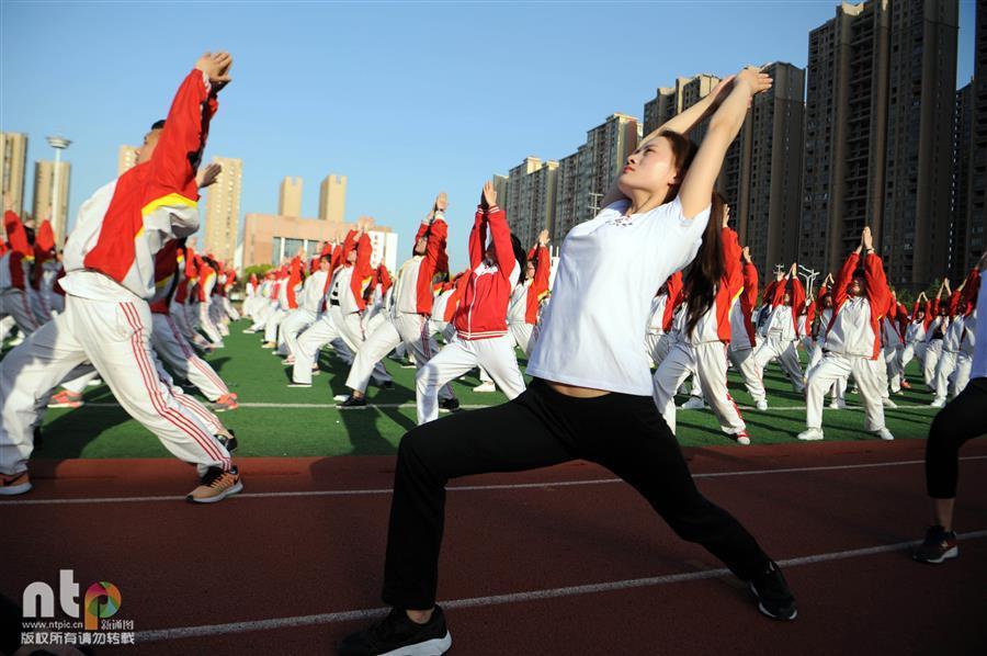 安徽亳州千余名高三学生集体练瑜伽 平心静气迎高考