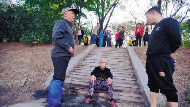 沈阳:老太河边不慎落水 幸被两位好心人及时救上岸