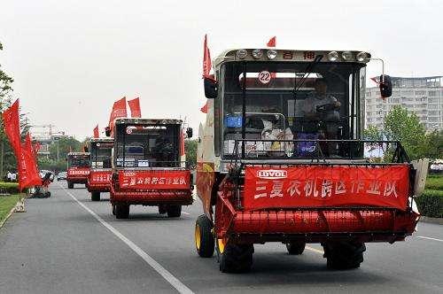 河南叶县:200多台农机参加跨区作业
