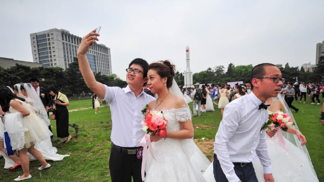 东北大学校友重返母校举行集体婚礼