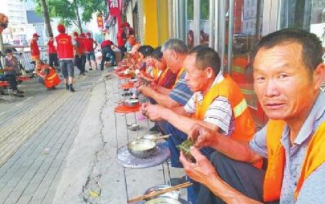 郑州公益爱心粥屋 给环卫工提供的不只是粽子
