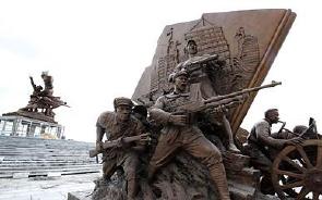 建军雕塑广场9组雕塑安装完成(图)