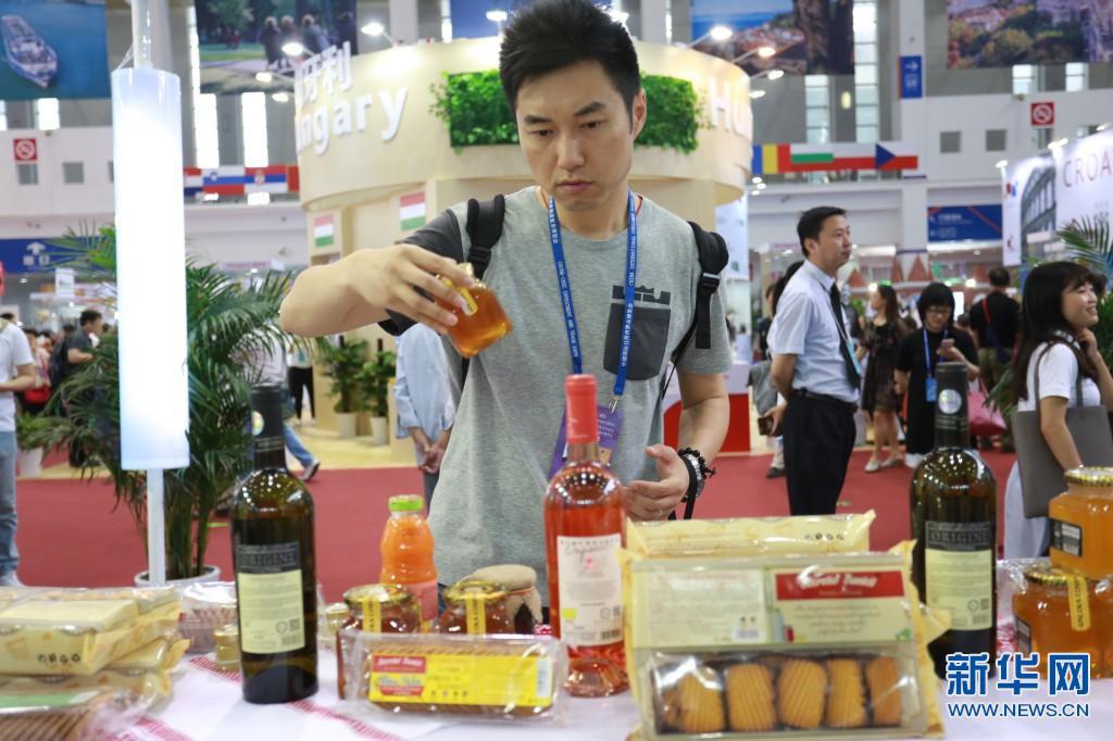 宁波:千余种中东欧特色商品吸引市民围观品尝